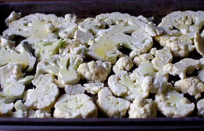 сбрызнуть цветную капусту маслом и посыпать специями