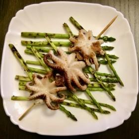 шашлычки из осьминогов со спаржей на гриле