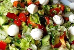 Вкусный и легкий салат «Дары Нептуна» с моцареллой и креветками