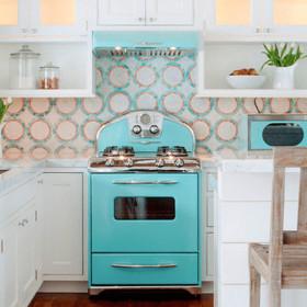 Украсьте белую кухню яркой техникой
