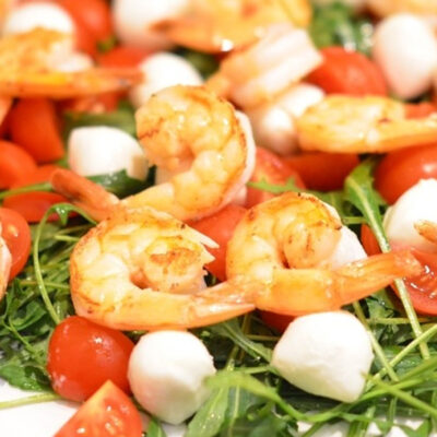 салат с моцареллой креветками помидорами
